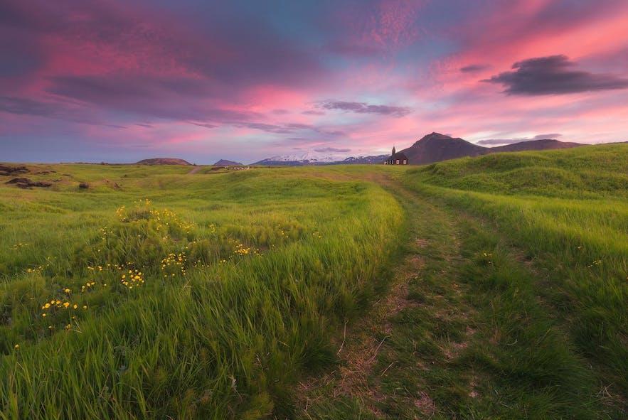 Czerwony zachód słońca na Islandii