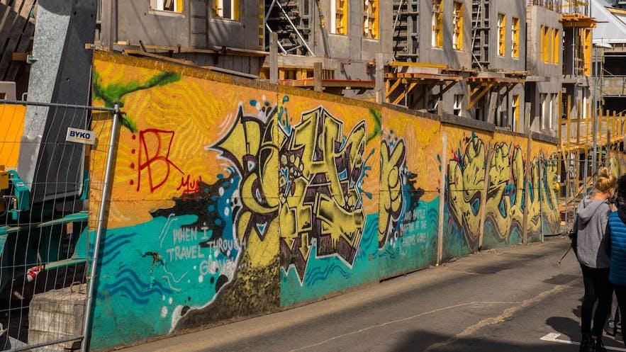 一个正因为雷克雅未克的城市新规划而逐渐消失的涂鸦作品
