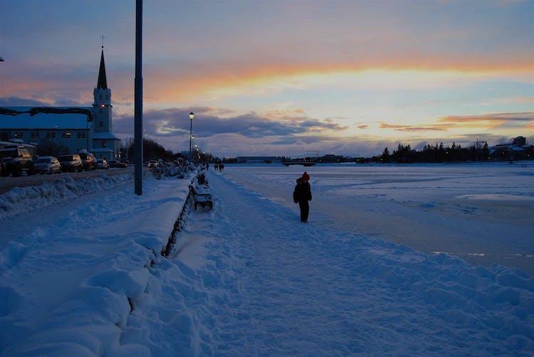 เยี่ยมชมเมืองเรคยาวิกในช่วงฤดูหนาวและดื่มด่ำกับดินแดนมหัศจรรย์ของหิมะและน้ำแข็ง.