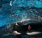 Islandzkie jaskinie lodowe z oszałamiającym błękitnym lodem są spektakularnie piękne.