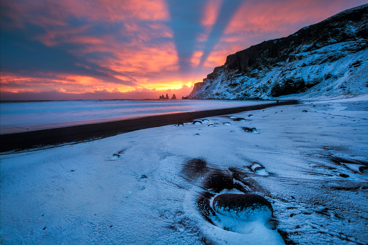 在雷尼斯黑沙滩上,感受北大西洋的震撼