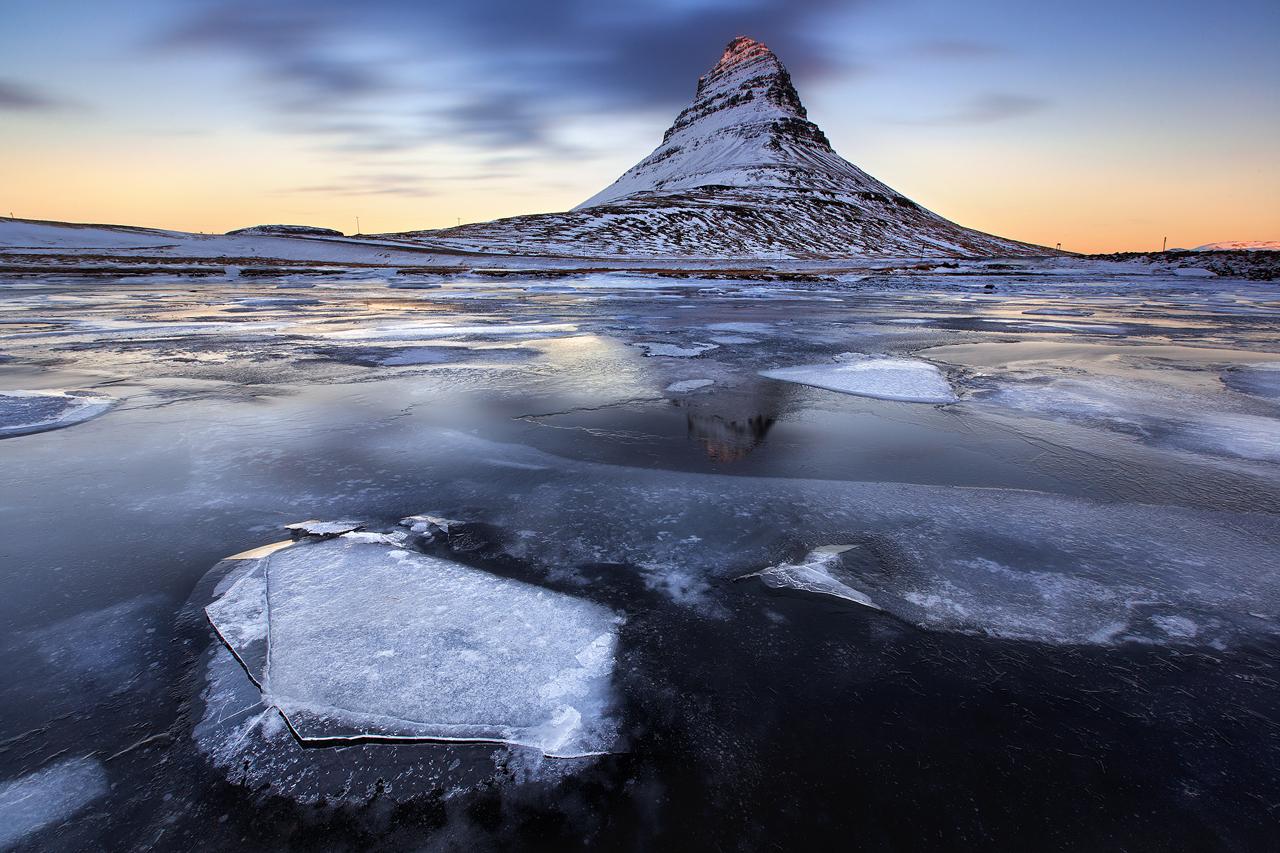 斯奈山半岛上的教会山也称草帽山,是冰岛最著名的山峰之一