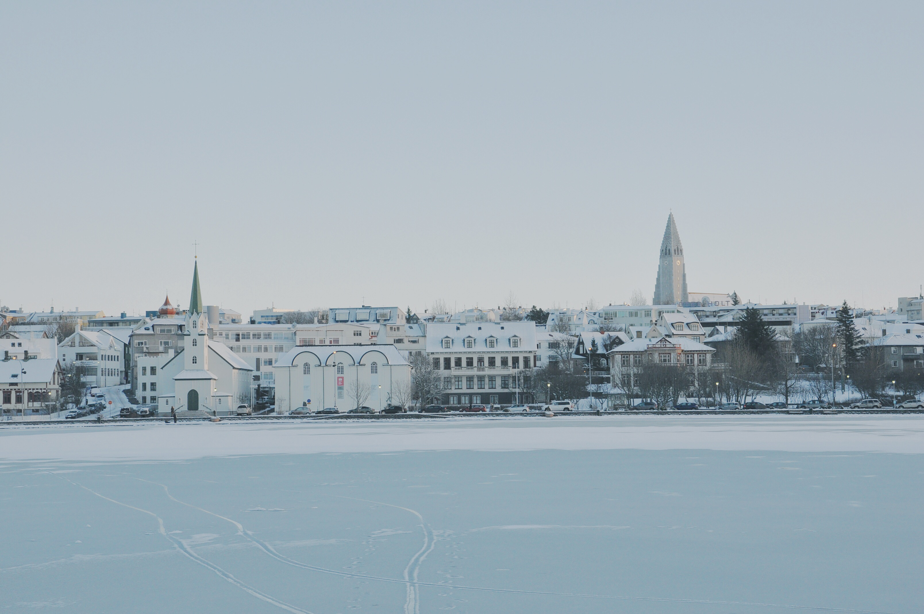 ทะเลสาบทุยอร์นินในใจกลางเมืองเรคยาวิกมักจะแข็งตัวในช่วงฤดูหนาว.