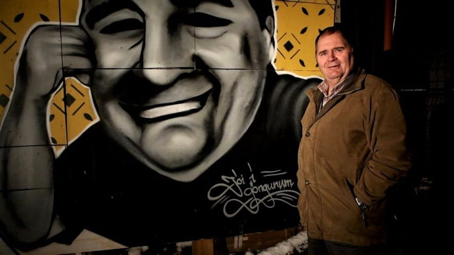 Jói in front of a loving graffiti portrait made in his honour