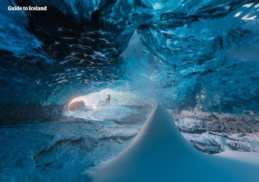 아이슬란드 겨울철에는 많은 푸른 빙하 동굴이 생겨납니다.
