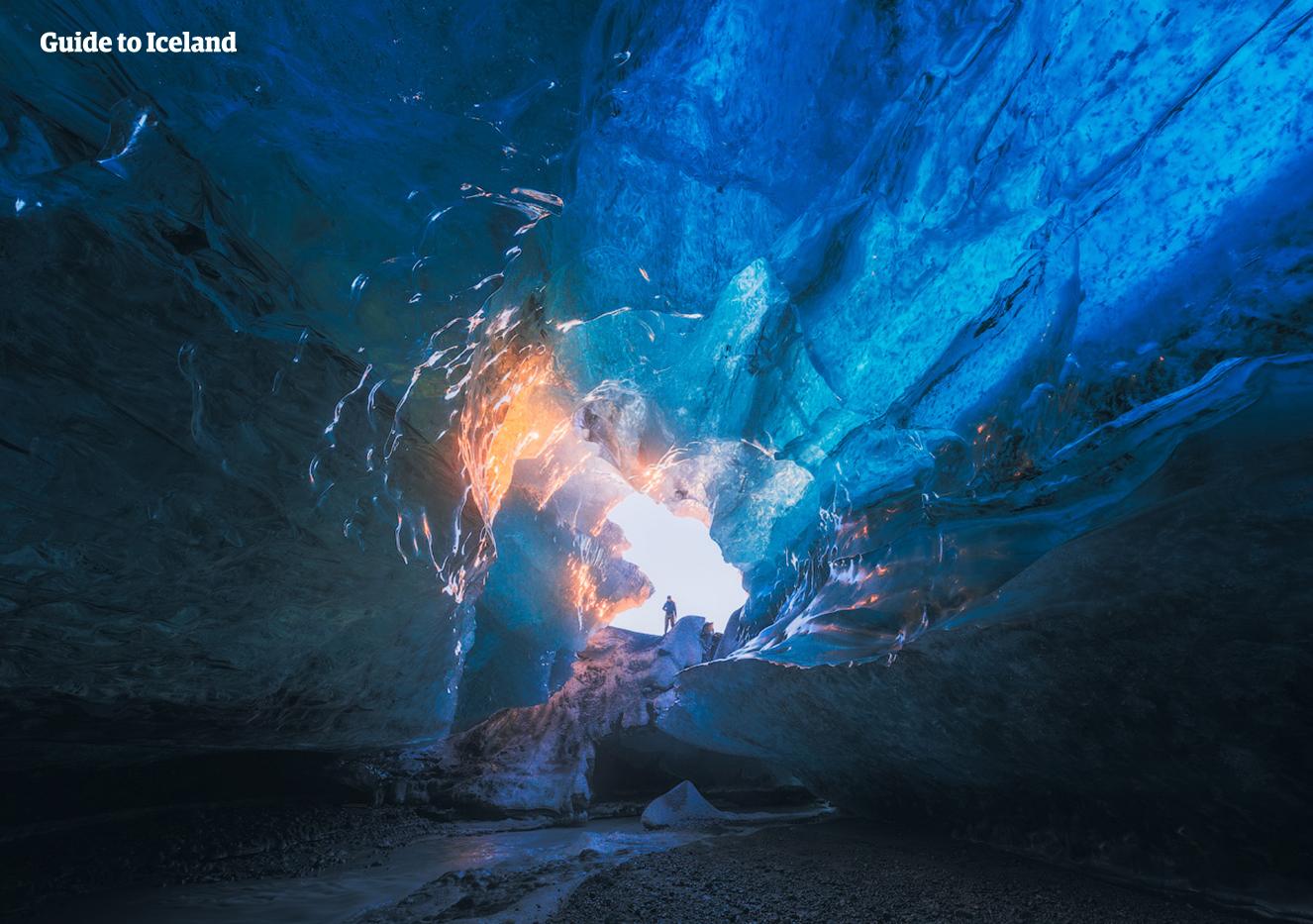 Under Vatnajökull-gletsjeren er der et netværk af isgrotter, som heldige vintergæster i Island har mulighed for at udforske.