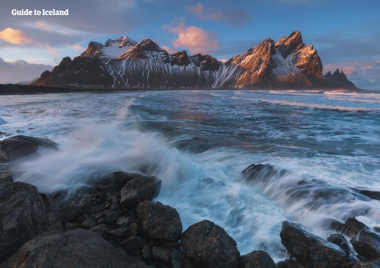ภูเขาเวสตราฮอร์นบนคาบสมุทรสตอกกเนสส์ ดูแหลมคม, โดดเด่น, และถ่ายภาพได้งดงามโดยเฉพาะอย่างยิ่งเมื่อถูกปกคลุมด้วยหิมะในช่วงฤดูหนาว.