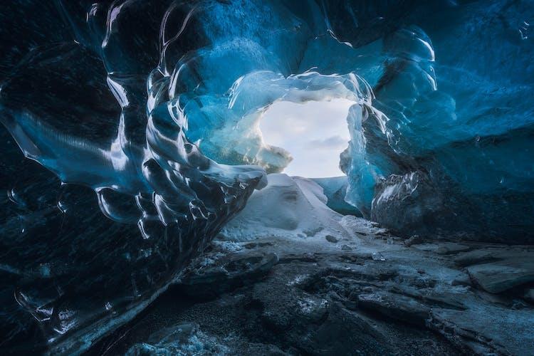 青のグラデーションが美しいヴァトナヨークル氷河のアイスケーブ