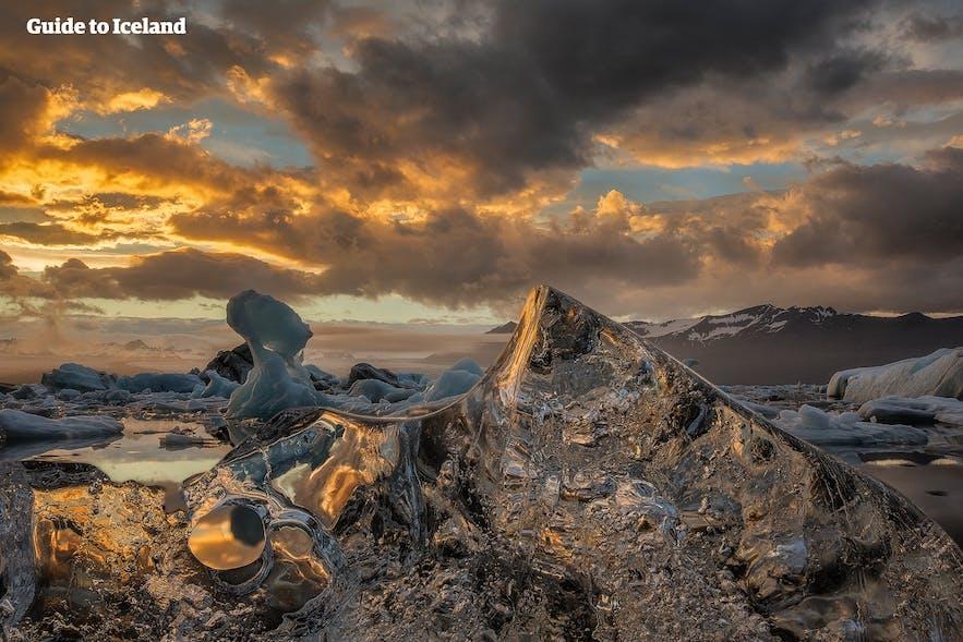 Złote słońce w lagunie lodowcowej Jokulsarlon