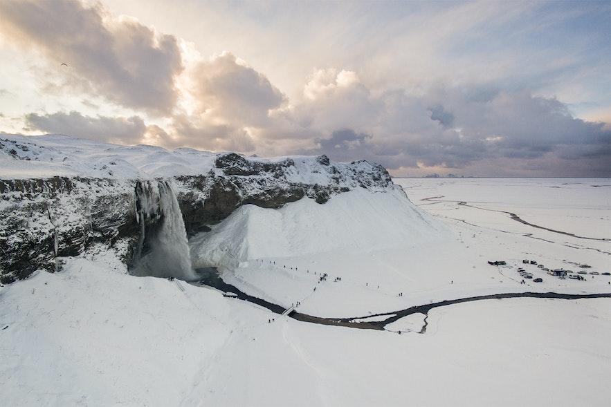 雪に囲まれた真冬のセリャラントスフォスの滝