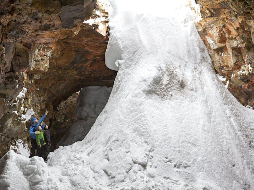 まるで滝のように、ロイヴァルホゥルスヘットリル溶岩の洞窟へと流れる多量の雪
