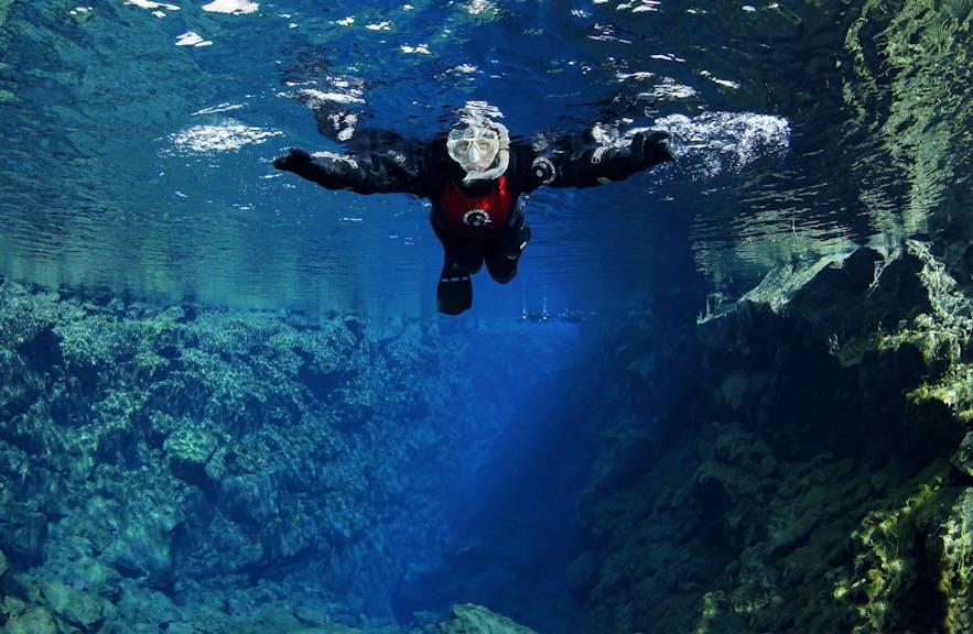 Snorkeling w Silfra, luty na Islandii