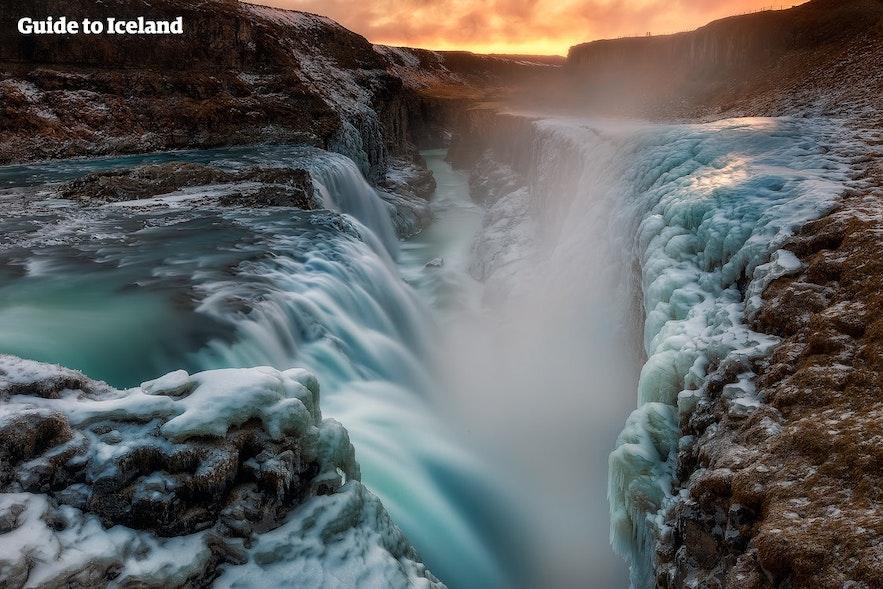 얼음으로 덮인 겨울철 굴포스 폭포