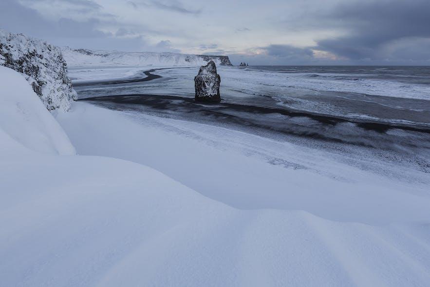 눈으로 덮인 레이니스퍄라 해변. 겨울철에는 파도를 더욱 조심해야 합니다.