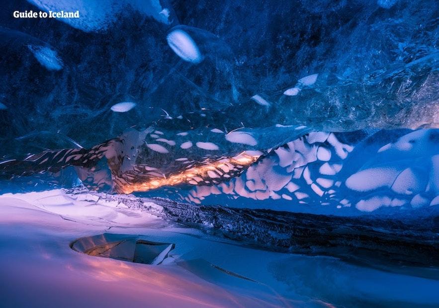 Das Sonnenlicht scheint in eine isländische Eishöhle hinein