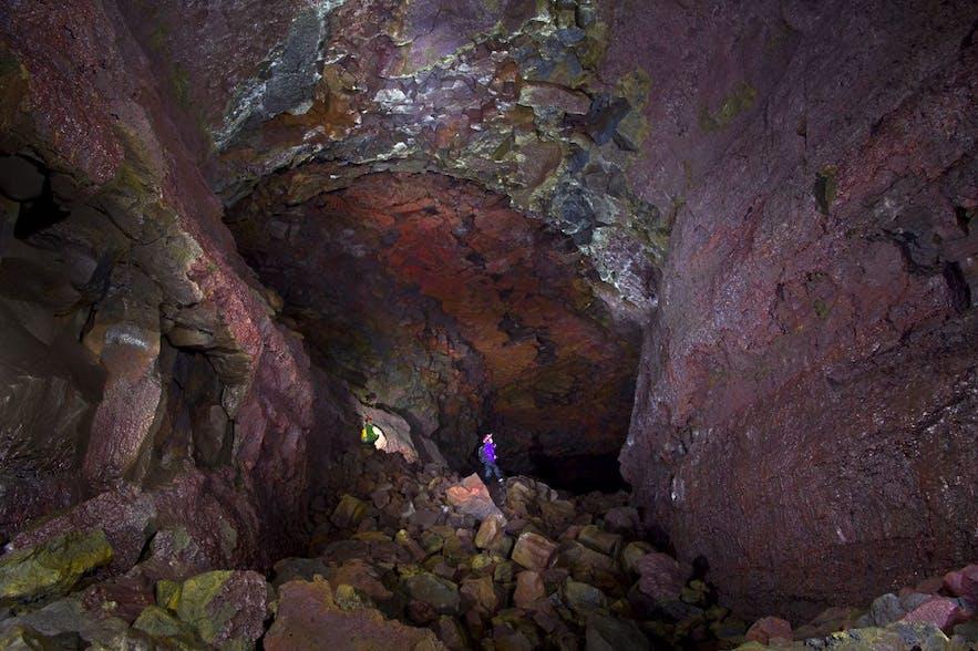 Vidgelmir : grotte de lave et ses belles couleurs