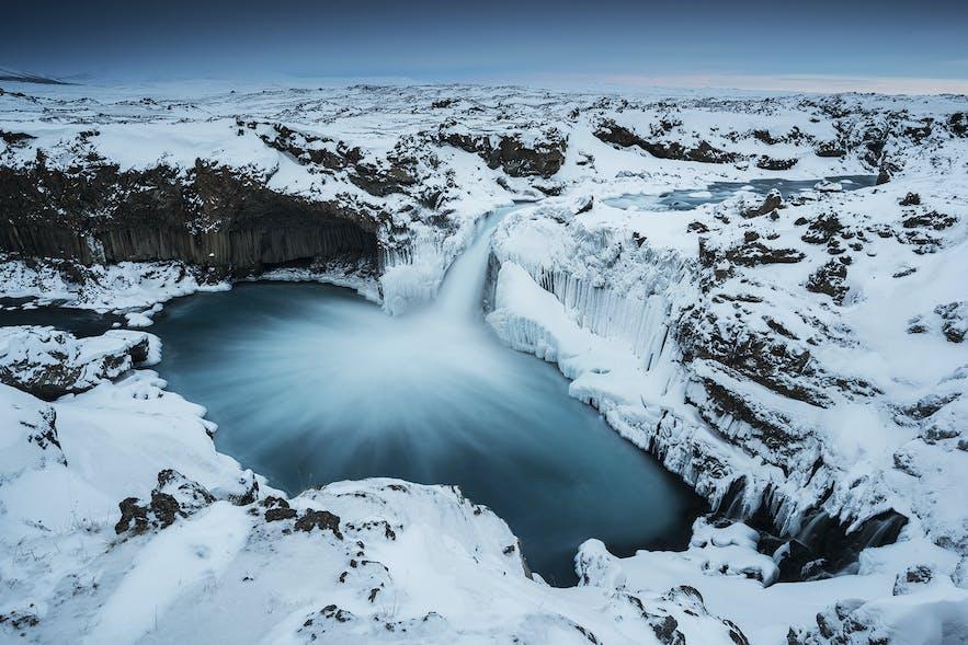 Zimowy wodospad Aldeyjarfoss