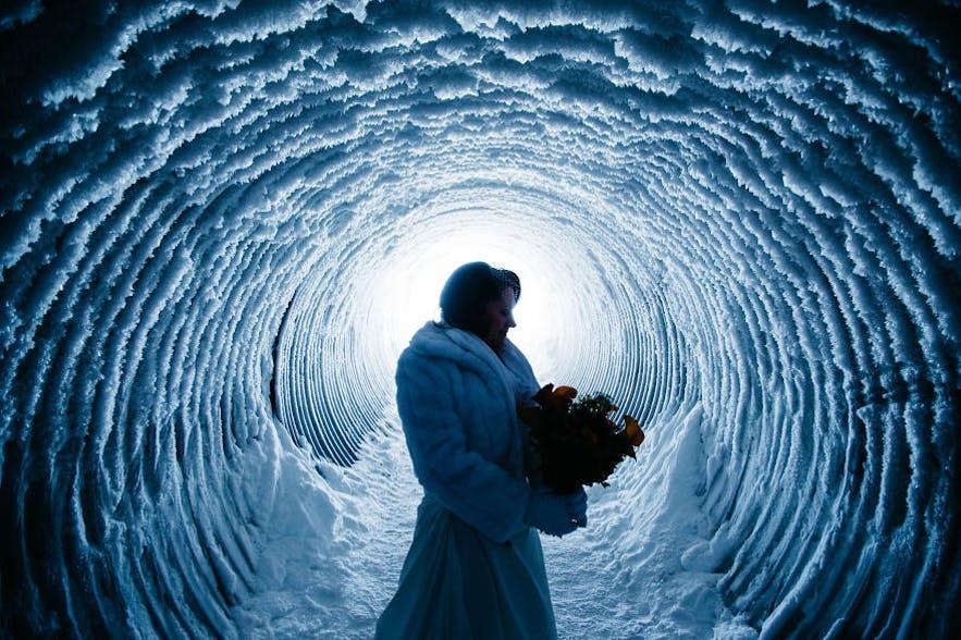 Photo de mariage au sein du tunnel de glace au Langjokull