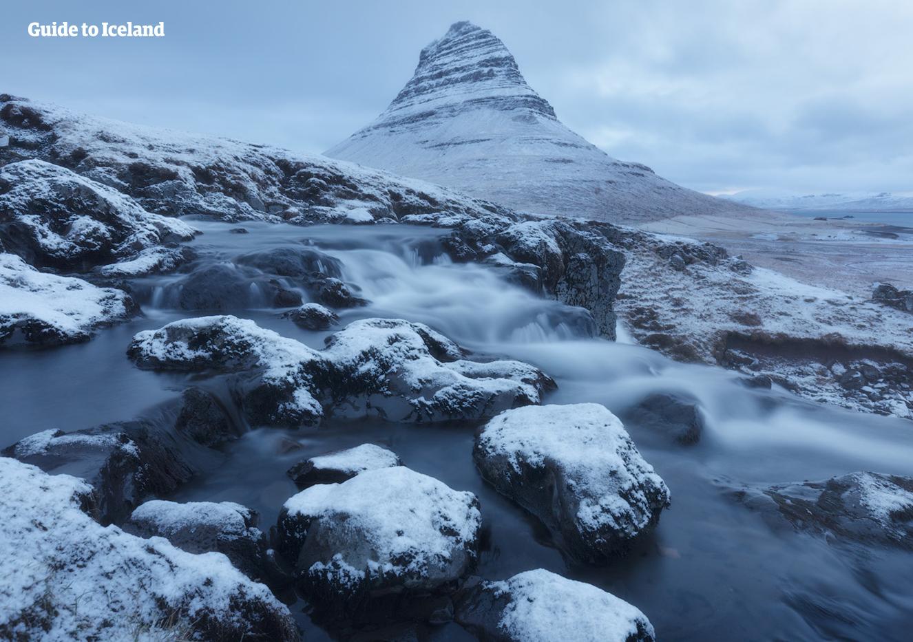Wenn der Berg Kirkjufell auf der Halbinsel Snaefellsnes im isländischen Winter von Schnee bedeckt ist, sieht er noch spezieller aus.