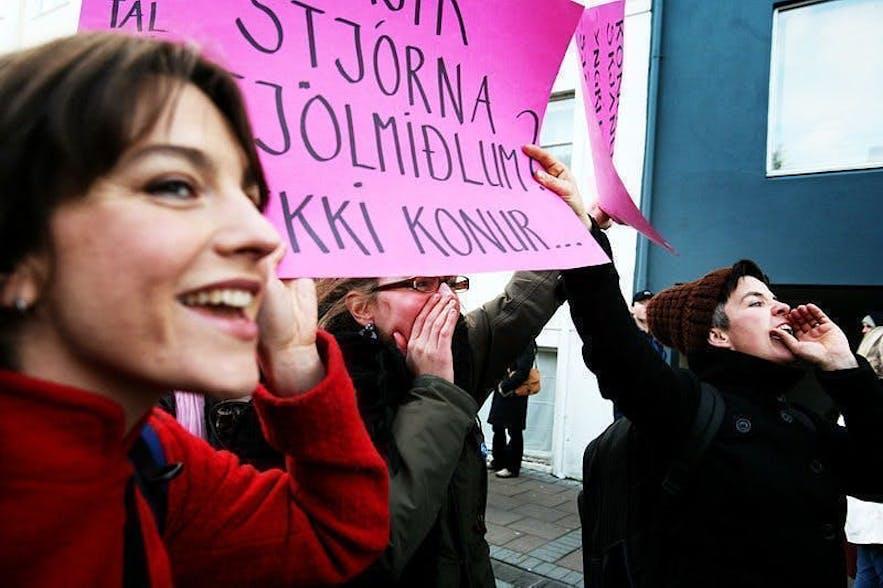 平和的なデモをするアイスランドの女性たち