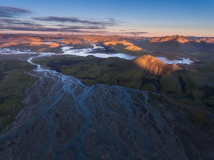 IJslandse Hooglanden in de middernachtzon