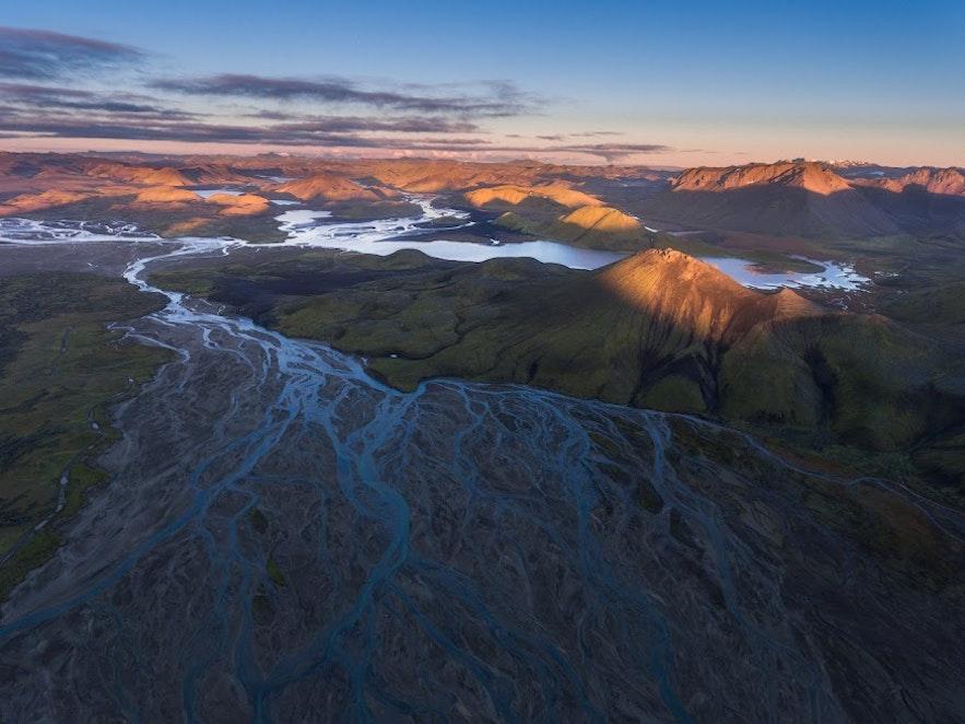 Det isländska höglandet i midnattssol