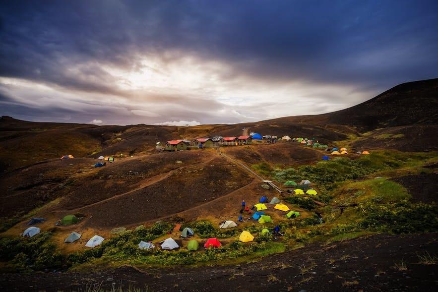 山肌に集まるテント