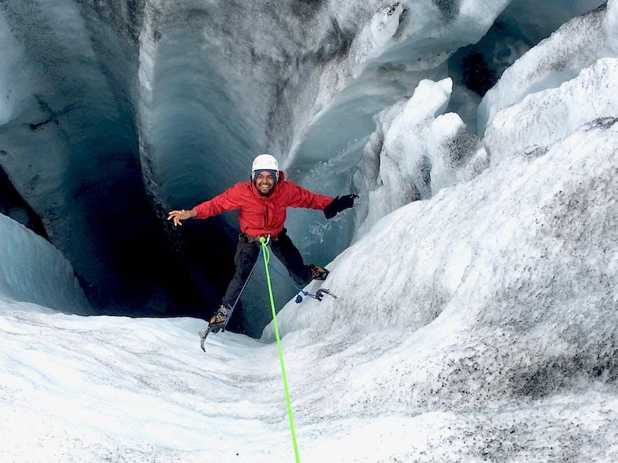 ひんやりとした風が吹く氷河でアイスクライミング