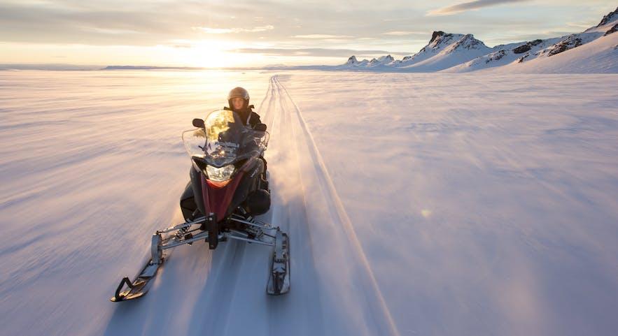 Jazda skuterem śnieżnym po lodowcu na Islandii.