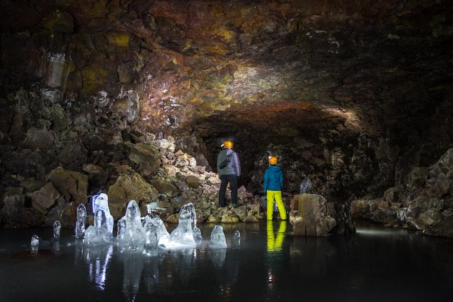 ถ้ำลอฟเฮลลิร์ในทางเหนือของไอซ์แลนด์ยังมีน้ำแข็งหลงเหลือนิดหน่อยในเดือนกรกฎาคม