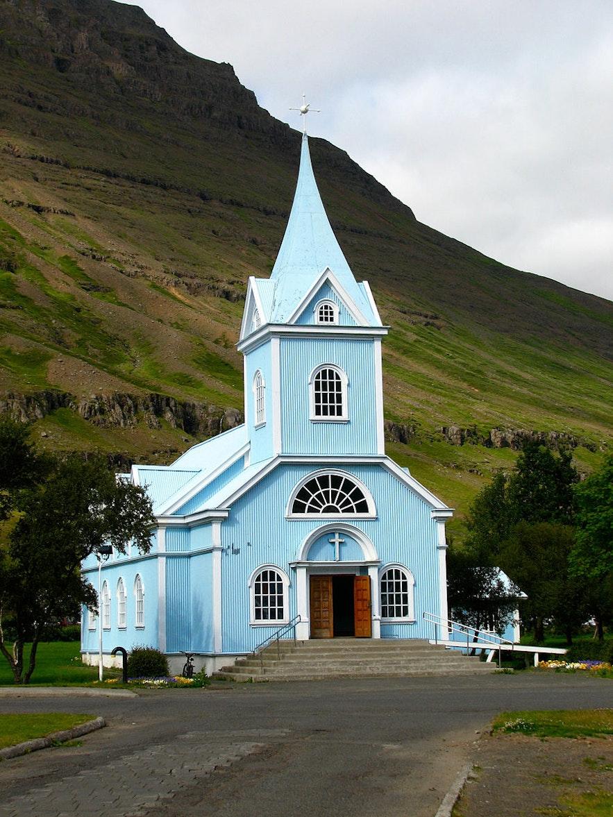De blauwe kerk, of Bláa Kirkjan, in Seydisfjörður