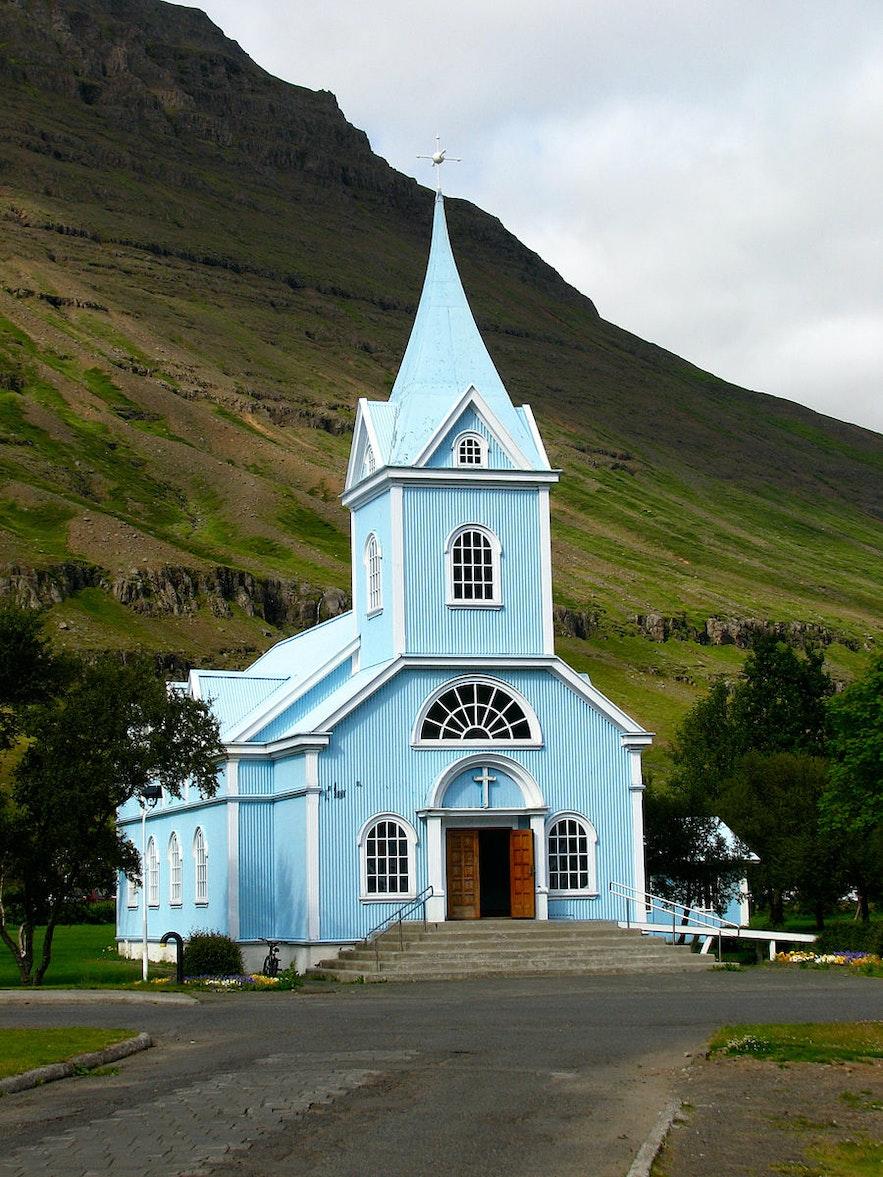 Błekitny kościół w Seydisfjordur, Fiordy Wschodnie na Islandii.