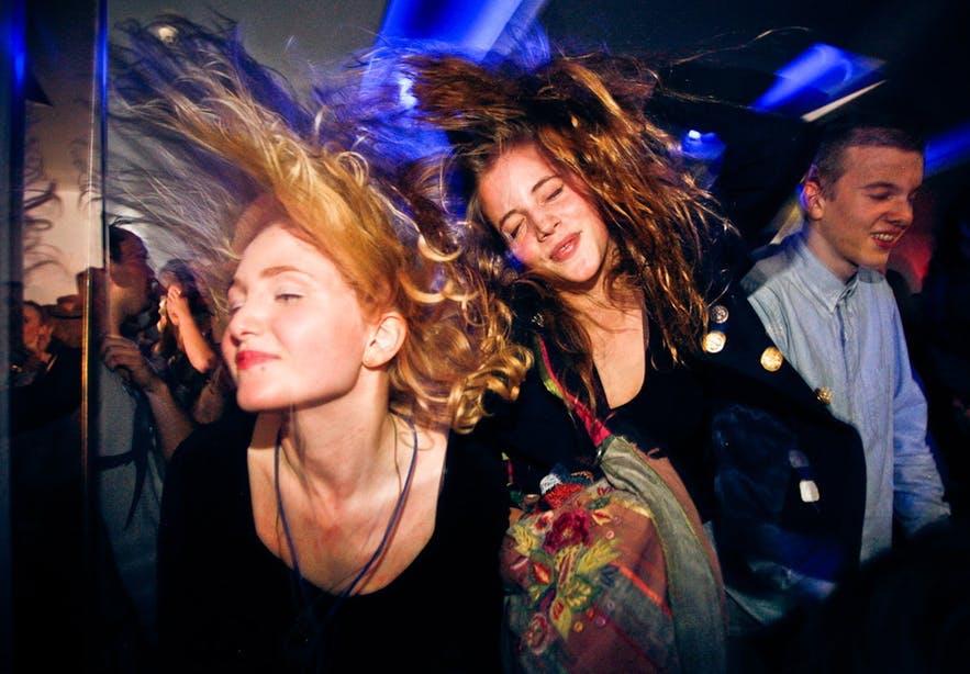 Des personnes faisant la fête en Islande