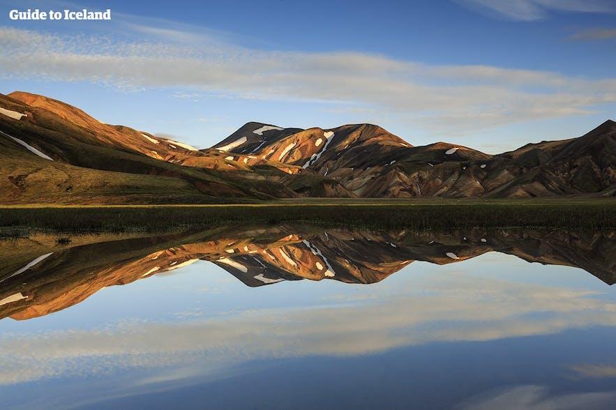 Kolorowe góry Landmannalaugar w lipcu na Islandii.