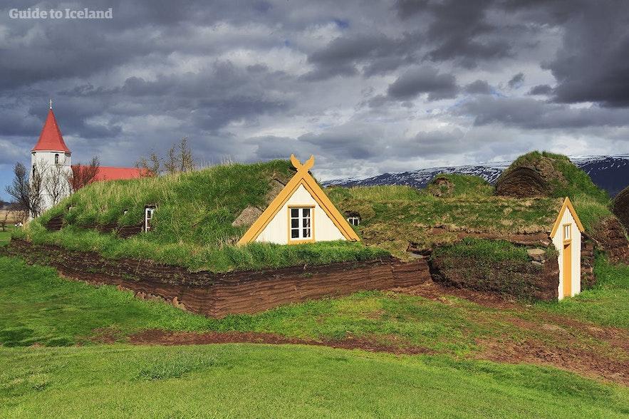 여름철 아이슬란드 북부에서 아이슬란드 전통 잔디집을 만나보세요.