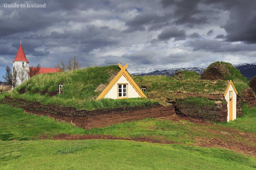 Der kan ses langt flere tørvehuse i Nordisland i sommermånederne.