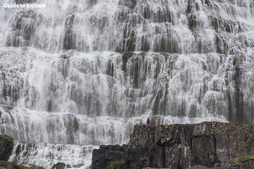 Potężny wodospad Dynjandi na Fiordach Zachodnich.
