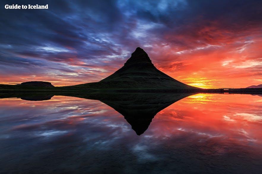 Czerwony zachód słońca nad górą Kirkjufell, półwysep Snaefellsnes.