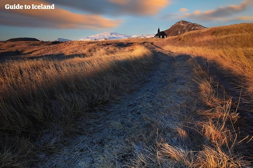 Buðir framför glaciären Snæfellsjökull.