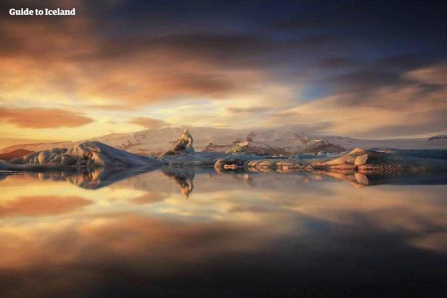 Die Gletscherlagune in Sommerlicht getaucht.