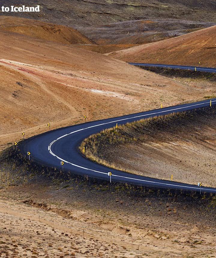 Kręta droga prowadząca do jeziora Myvatn, północna Islandia.