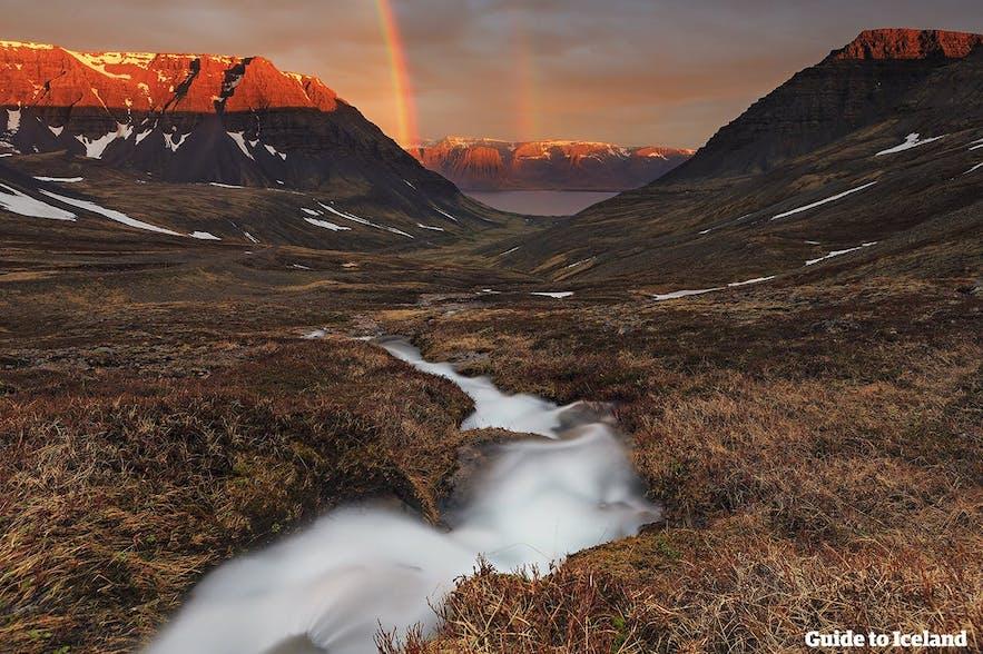 Przepiękny zachód słońca nad Islandią.