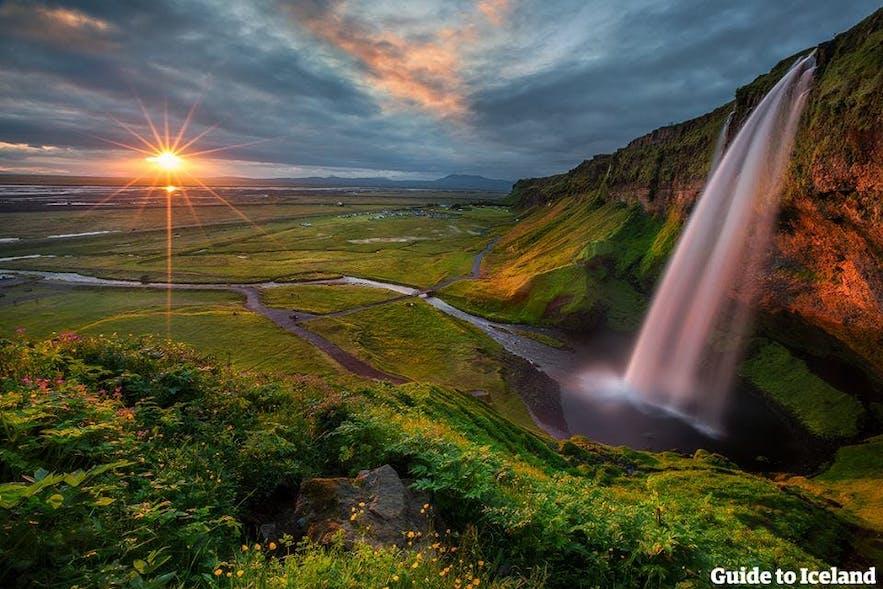 De waterval Seljalandsfoss in het licht van de middernachtzon