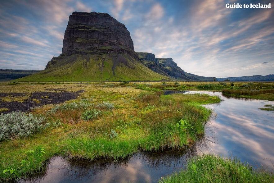 Autorondreizen voeren je naar plaatsen waar de meesten niet kunnen komen, zoals naar dit natuurfenomeen, de berg Lómagnúpur