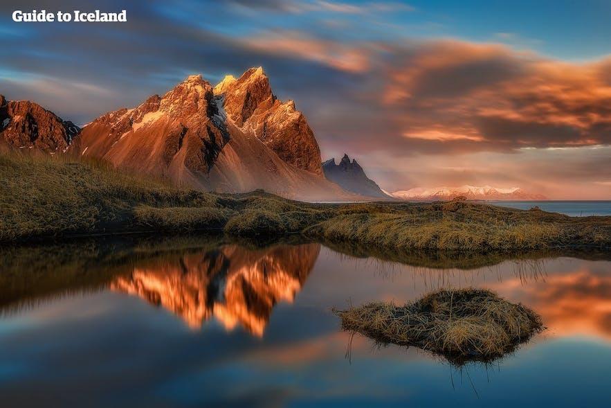 Zachód słońca nad górą Vestrahorn, na wschodzie Islandii.
