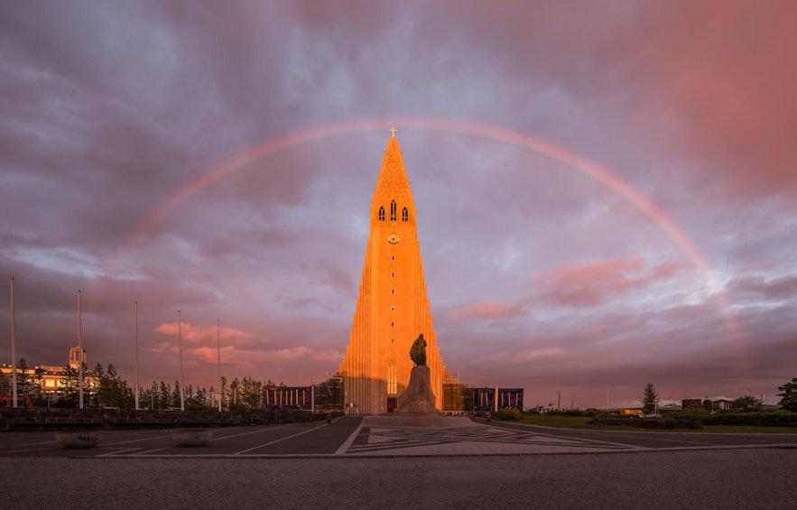 Kościół Hallgrimskirkja, w centrum Reykjaviku, podczas białych nocy.