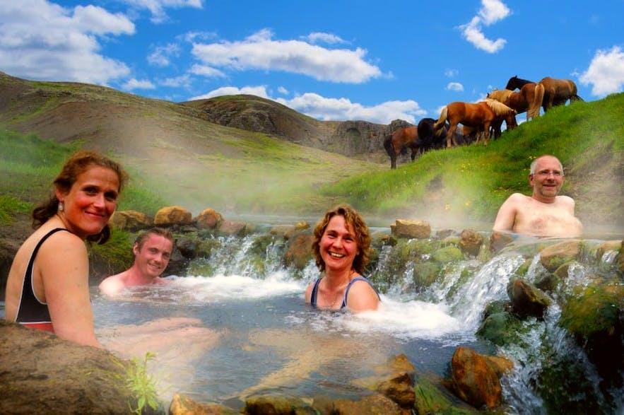 Se relaxer dans une source chaude en Islande au mois de mai