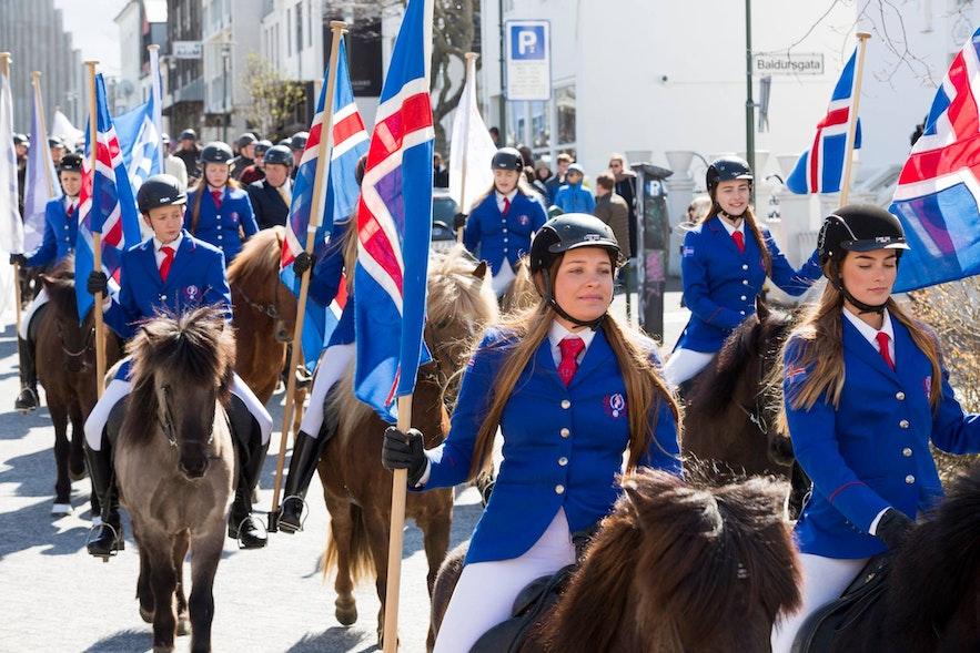 พาเหรดในเรคยาวิกในวันม้านานาชาติของไอซ์แลนด์