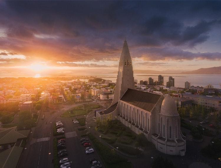 백야의 햇빛을 받은 레이캬비크 할그림스키르캬 교회