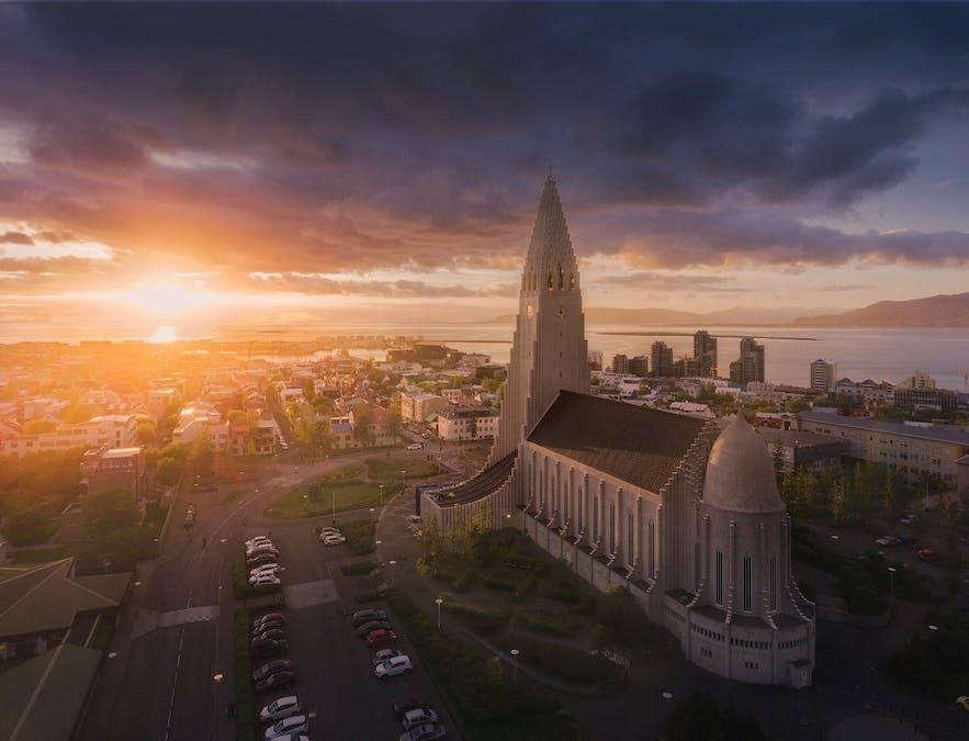 โบสถ์ฮัลล์กรีมสคิร์คยาในเรคยาวิกใต้แสงอาทิตย์เที่ยงคืน